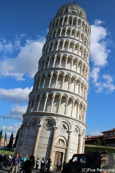 かの有名なピサの斜塔!この角度で倒れないのが不思議でたまらない
