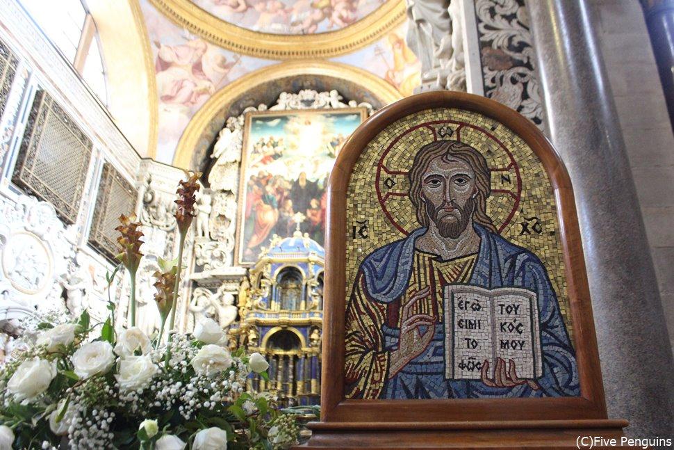 パレルモのマルトラーナ教会内部は美しい絵画で埋め尽くされている