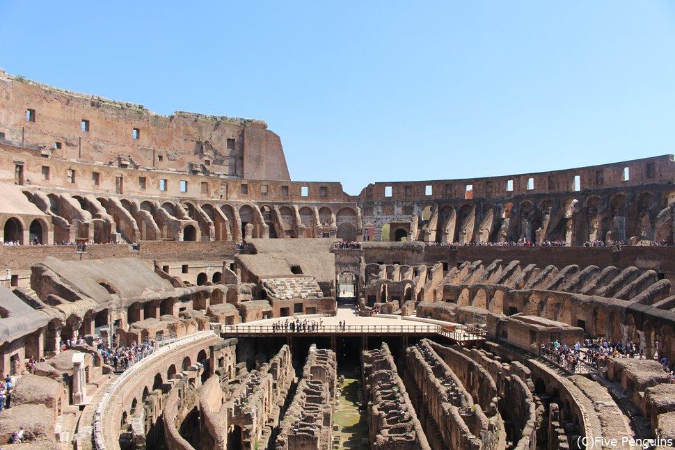 春の麗らかな陽気に照らされた古代ローマ遺跡コロッセオ