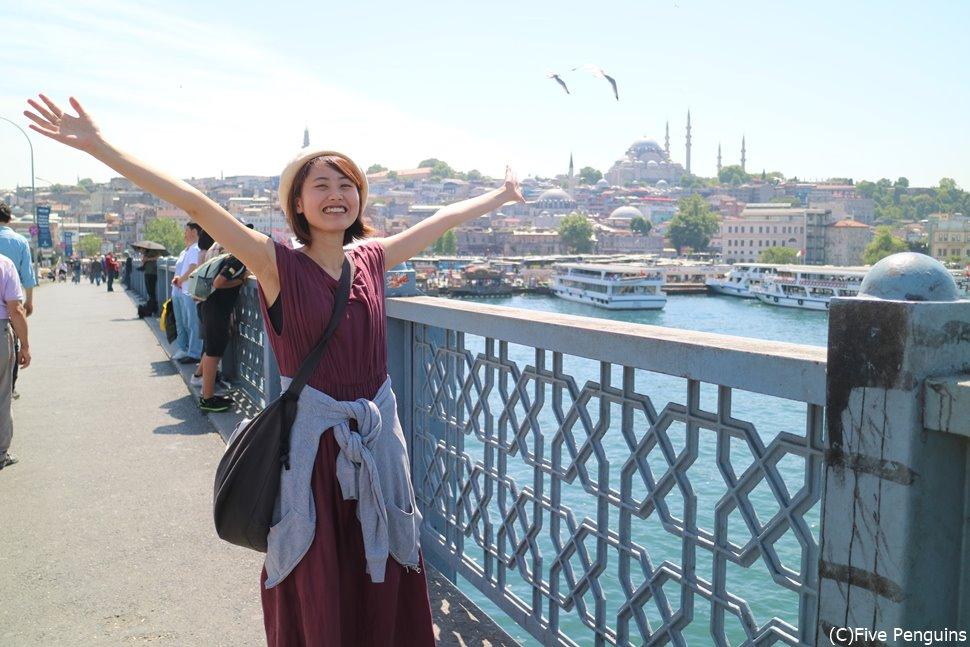 ガラタ橋の近くにサバサンドを売る屋台があるはず!モスクを見ながら一休み♪