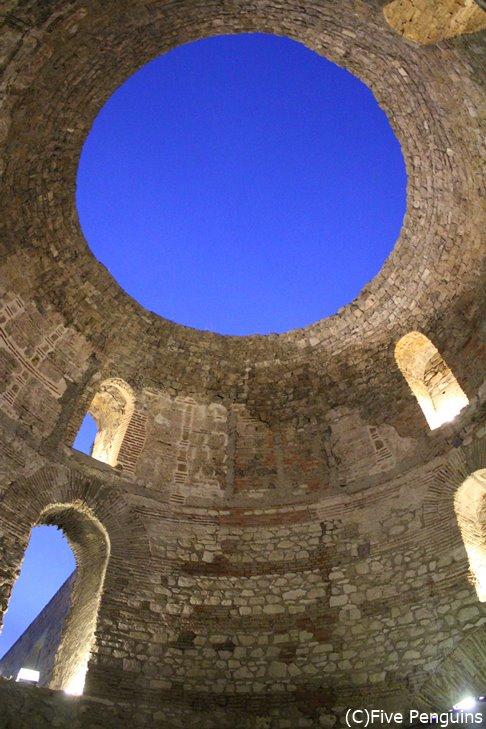 スプリットにあるディオクレティアヌス宮殿の前庭は丸く空が見える不思議空間