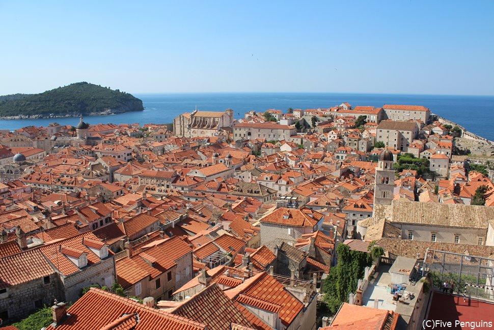 オレンジ色の屋根が並ぶ美しい町ドブロヴニクは世界でも指折りの景勝地