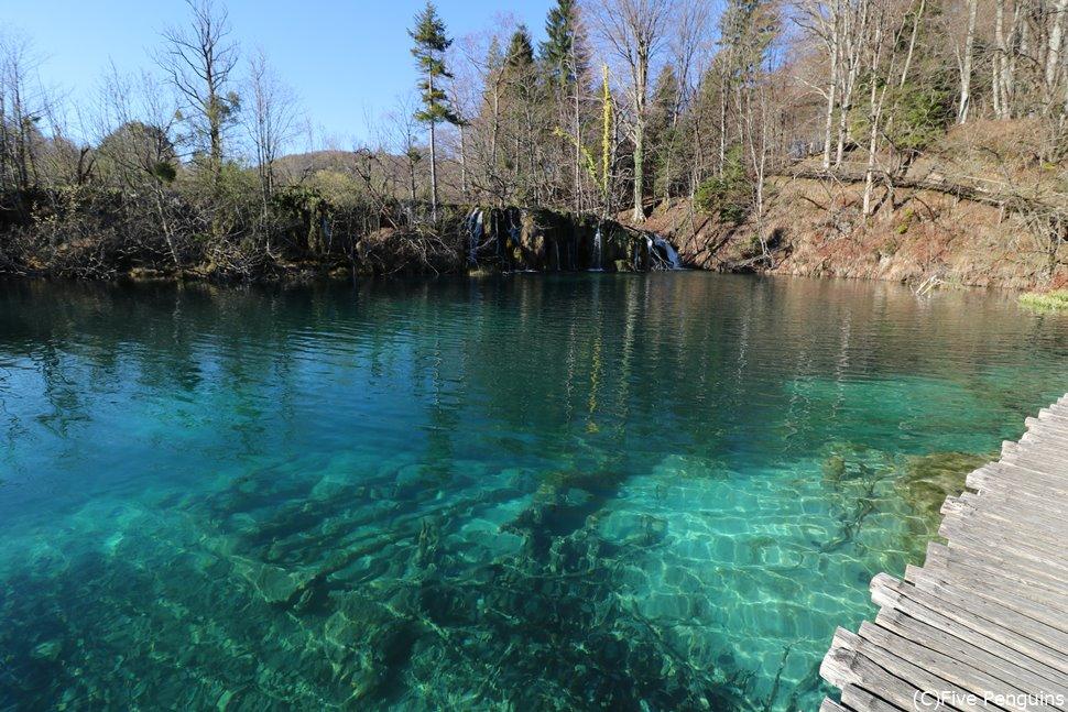 透明度が高く澄んだプリトヴィツェ国立公園の湖