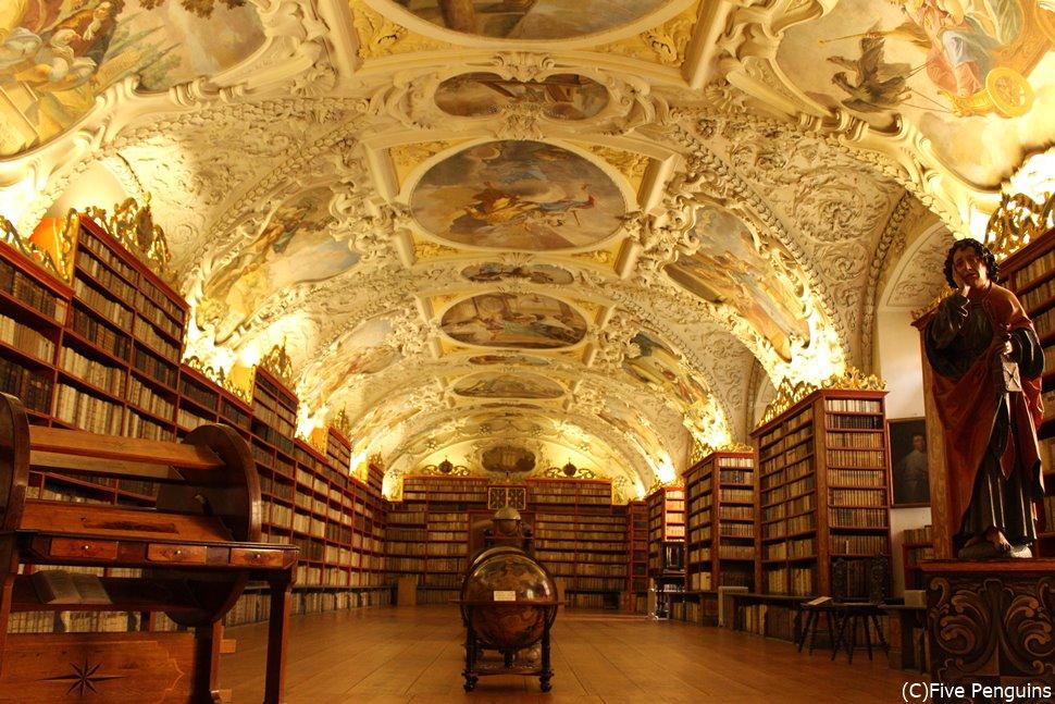 スタッコ細工が施されたストラホフ修道院の図書館は世界でも指折りの美しさ