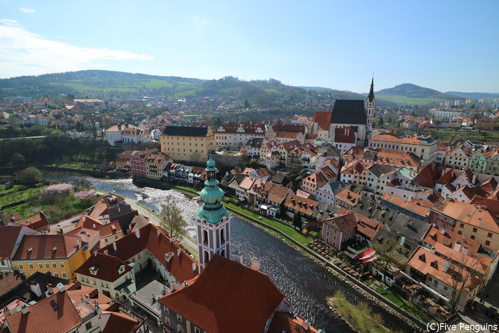 チェスキークルムロフ城の塔から眺める暖色と川が生み出す尊い景色