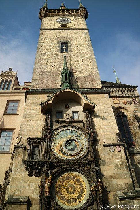 旧市庁舎の天文時計は細かなところまで巧みな装飾に圧倒される