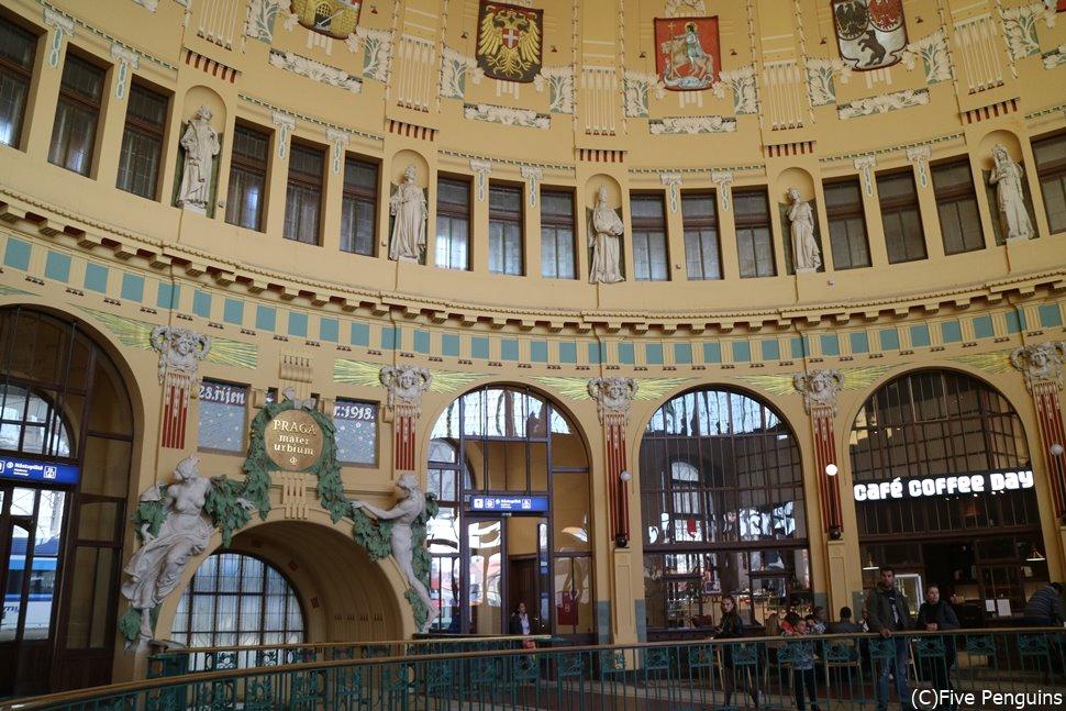豪華な装飾のプラハ中央駅!近隣の国からは列車の旅もおすすめ