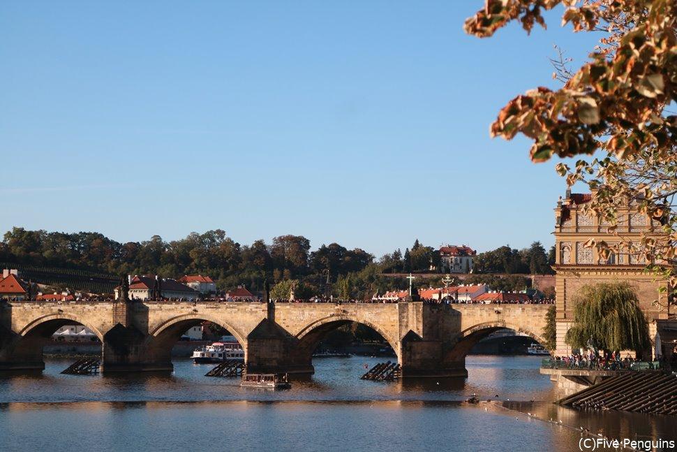 モルダウ川にかかるカレル橋を早く渡りに行きたい!!
