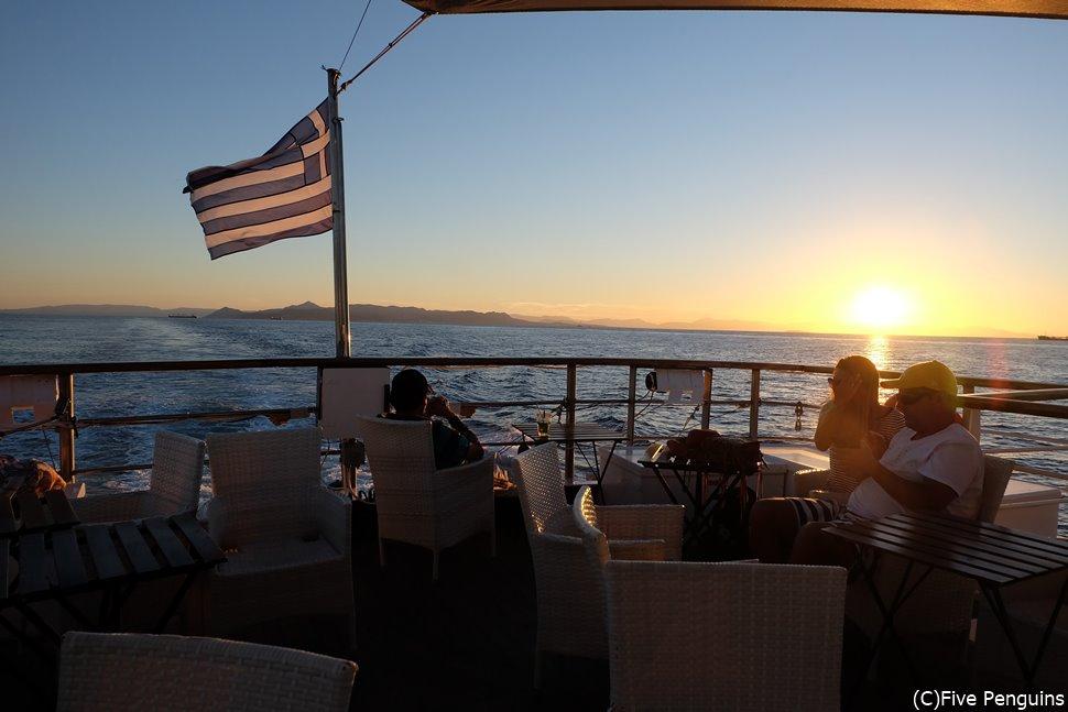 クルーズ船に乗って、エーゲ海に沈む夕陽を眺めるのも贅沢。