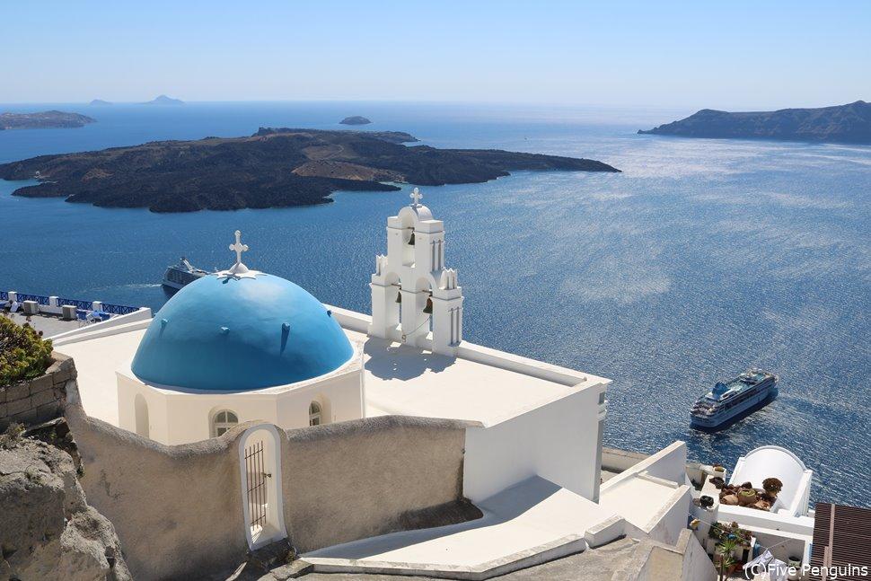 青と白のコントラストが映えるサントリーニ島の景色