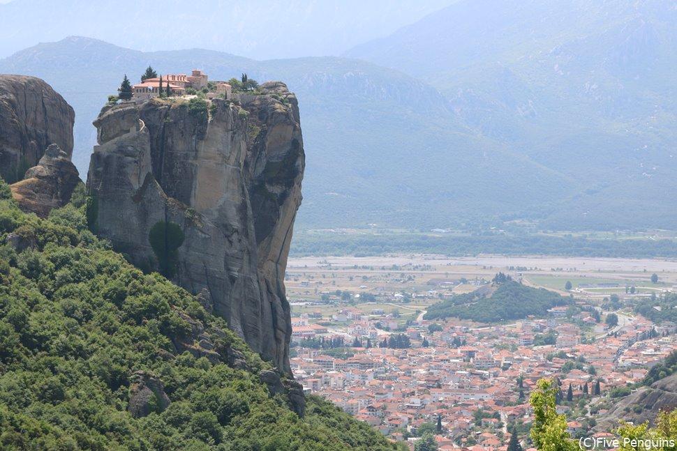 岩の上にちょこんと乗っているのはメテオラ修道院。