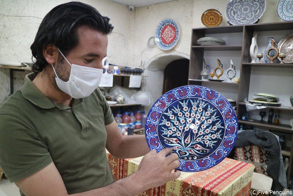 アヴァノスの陶器工場のスタッフさんもマスク着用