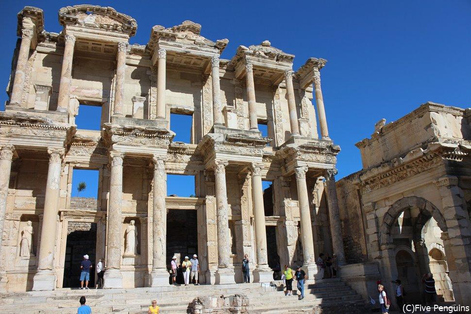 エフェソス遺跡にはクレオパトラが歩いたとされる道も残されています。