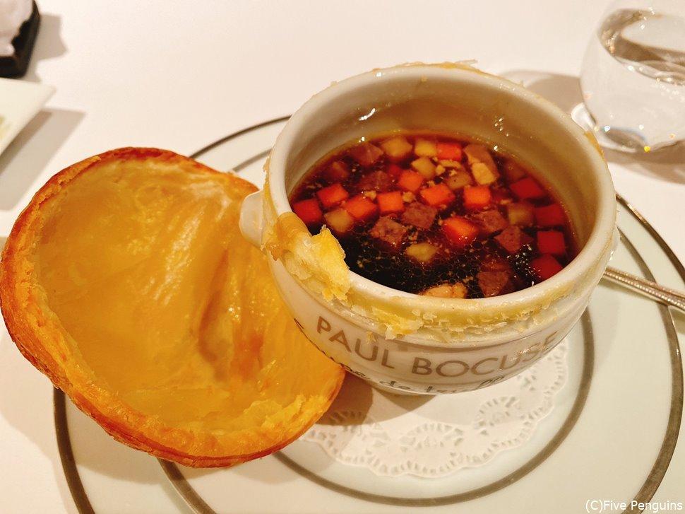 名物トリュフスープはパイ生地を取るとこんな感じ。見た目より優しい味です!