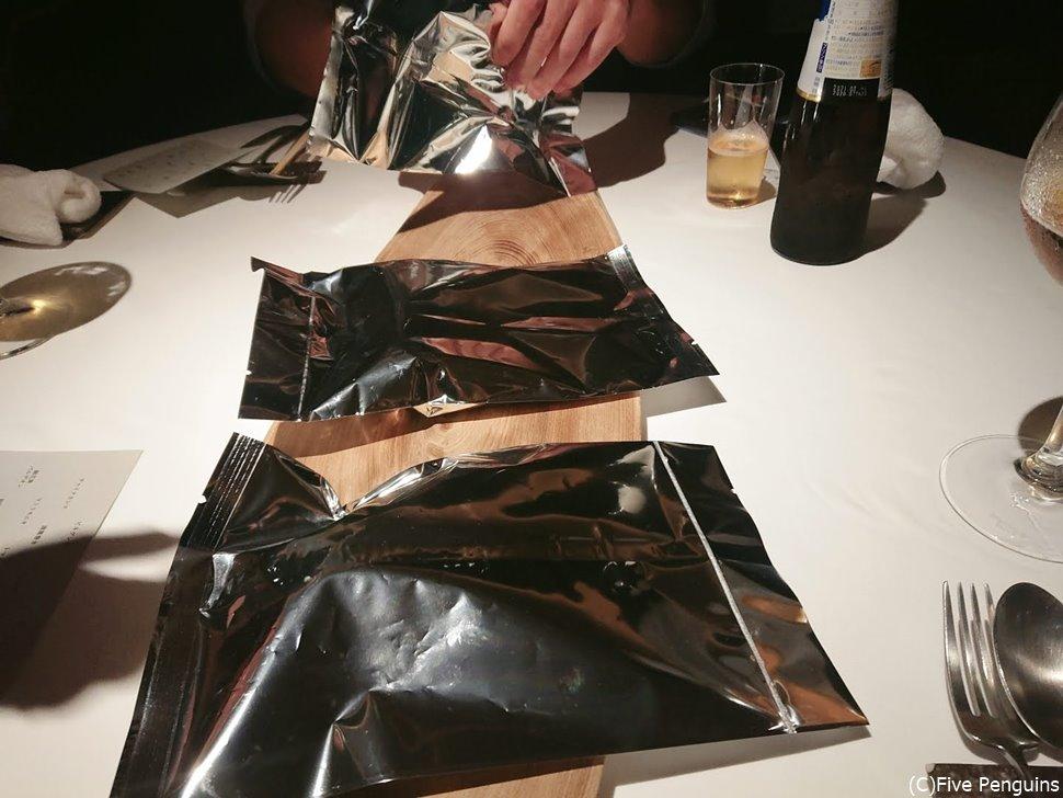 6皿目は3つの銀紙の中の食材から1つを選ぶという趣向。選ぶと調理してくれます。