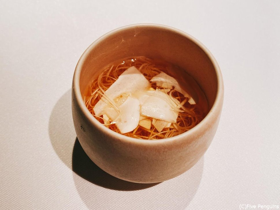 松茸のスープ。上の平べったいのも麺のように細いのも全部松茸!