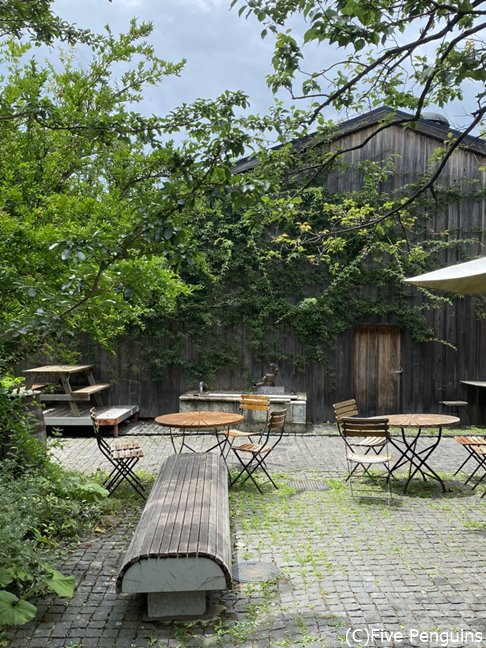 高原にいるような気分になる中庭を囲むように、味のある建物が並ぶ