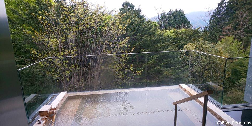 本館の11室はすべてガラス張りのバルコニーと展望風呂が付いている