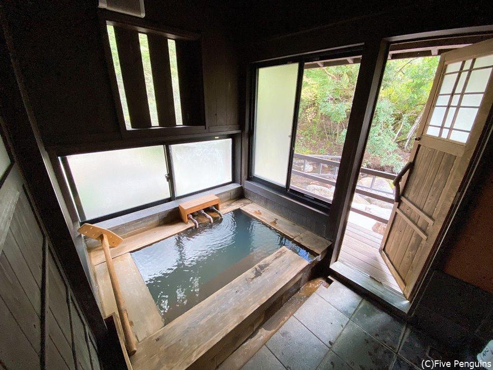 部屋の内風呂は源泉とあってかなり熱いので、水でうめてから入ります