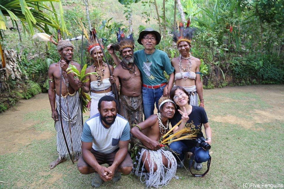 シドニケ族の村の人たちと一緒に