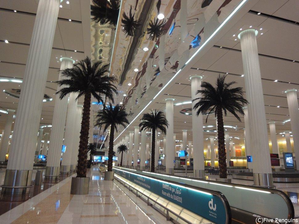 エミレーツ航空の乗継地であるドバイ。空港内の設備は充実