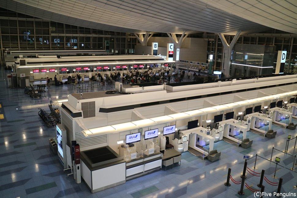 2020年10月の羽田空港。まだまだがらんとしています。