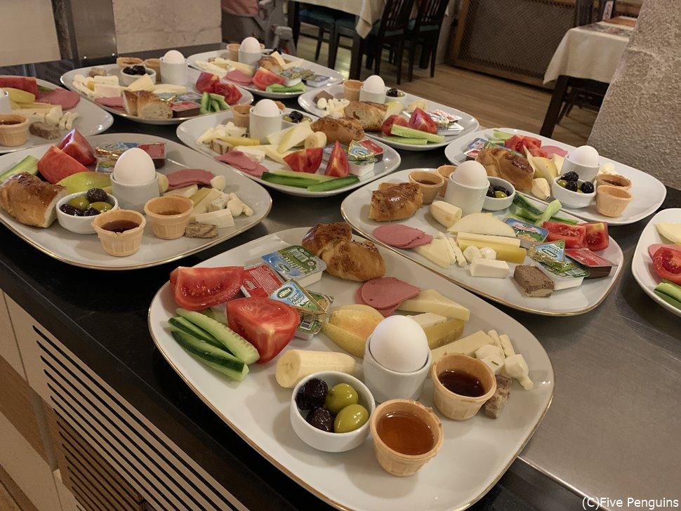 コロナ仕様の個別プレートの朝食(カッパドキア・ケーブ・スイーツ)