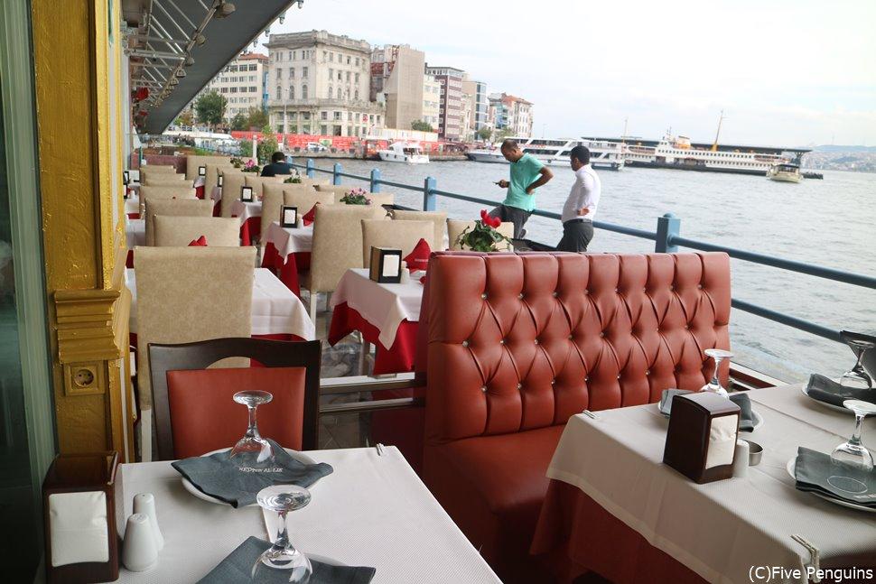 こちらはイスタンブール、ガラタ橋下のおしゃれなレストラン