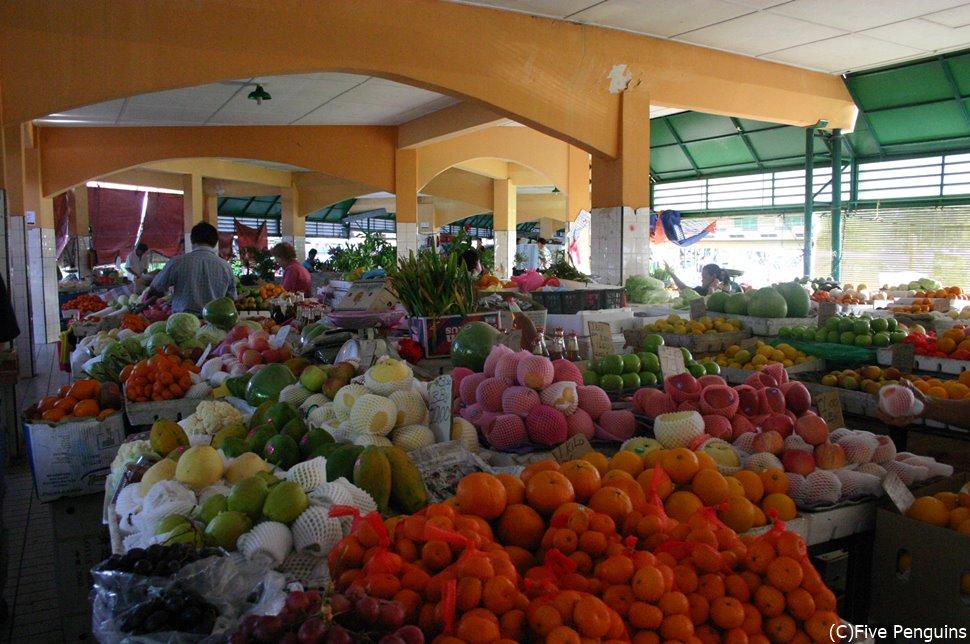 新鮮なフルーツが盛り盛り売られています♪