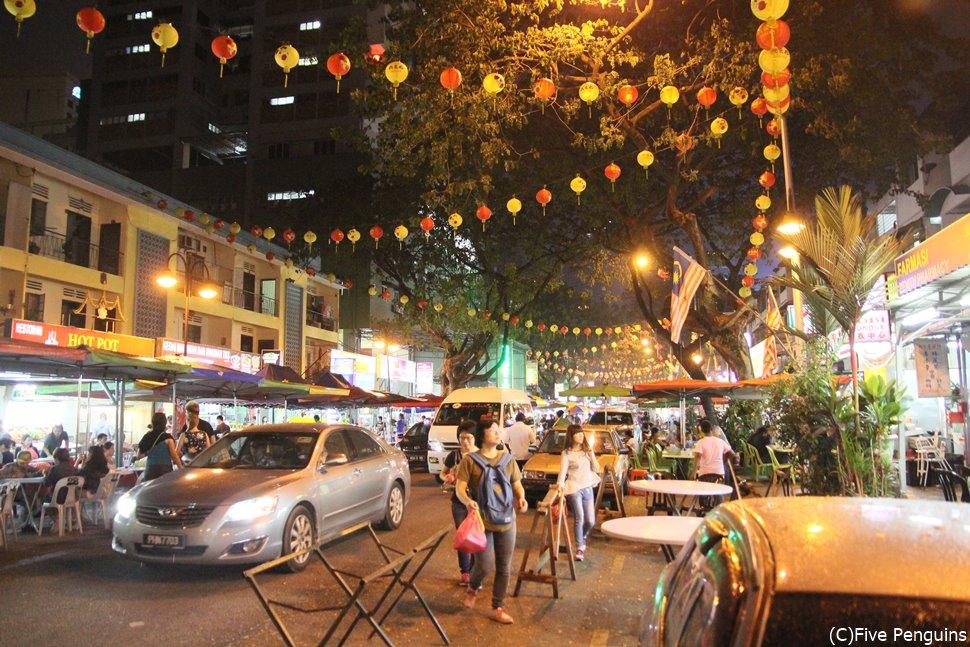夜の屋台。中華料理からマレーシア伝統のニョニャ料理まで幅広く楽しめます♪