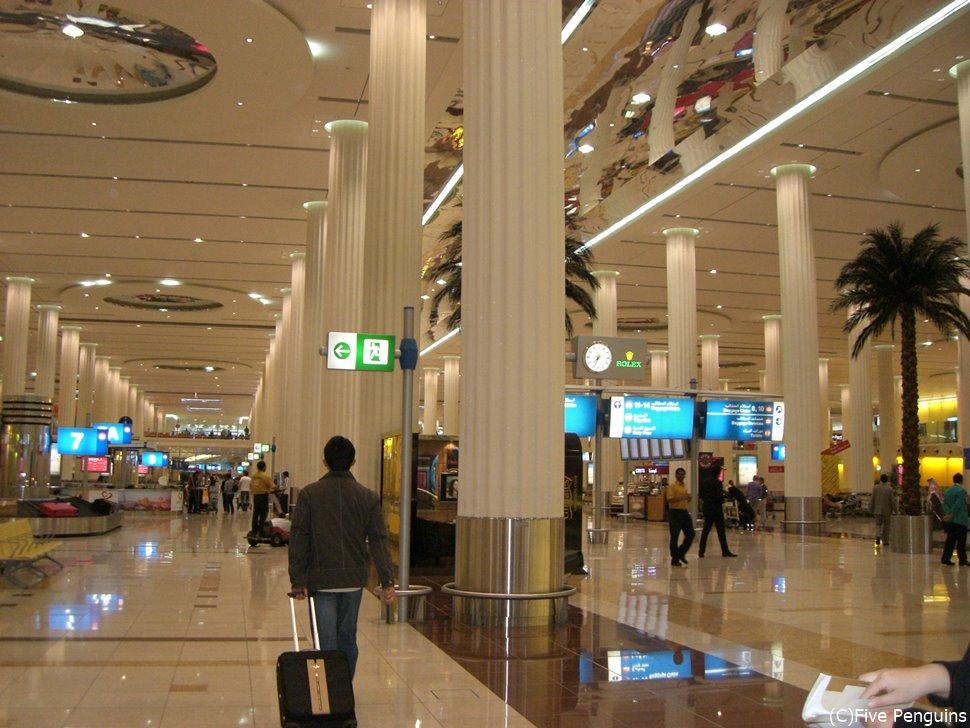 ドバイの空港は清潔感があって過ごしやすい。