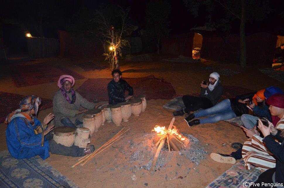 寒い砂漠の夜はキャンプファイヤーがぬくぬくして最高。