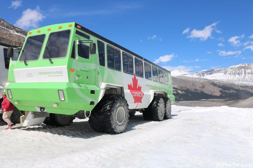氷河の上を走る雪上車(コロンビア大氷原)