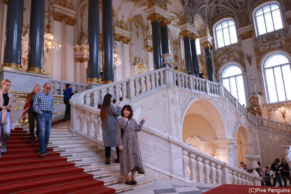 エルミタージュ美術館<白と金の装飾が美しい大使の階段>