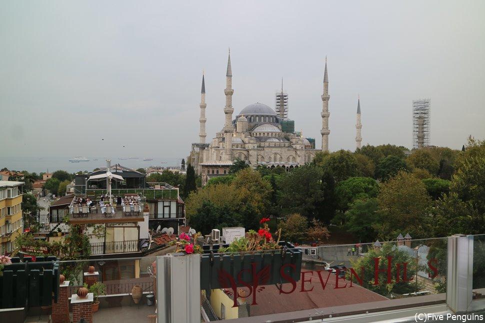 レストランのテラスからブルーモスクが至近距離!