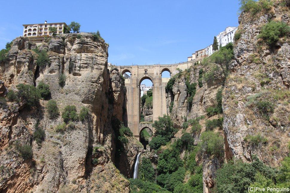 断崖絶壁の町・ロンダの象徴であるヌエポ橋。