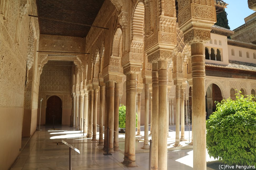 回廊の柱一つ一つに施された装飾も美しい。