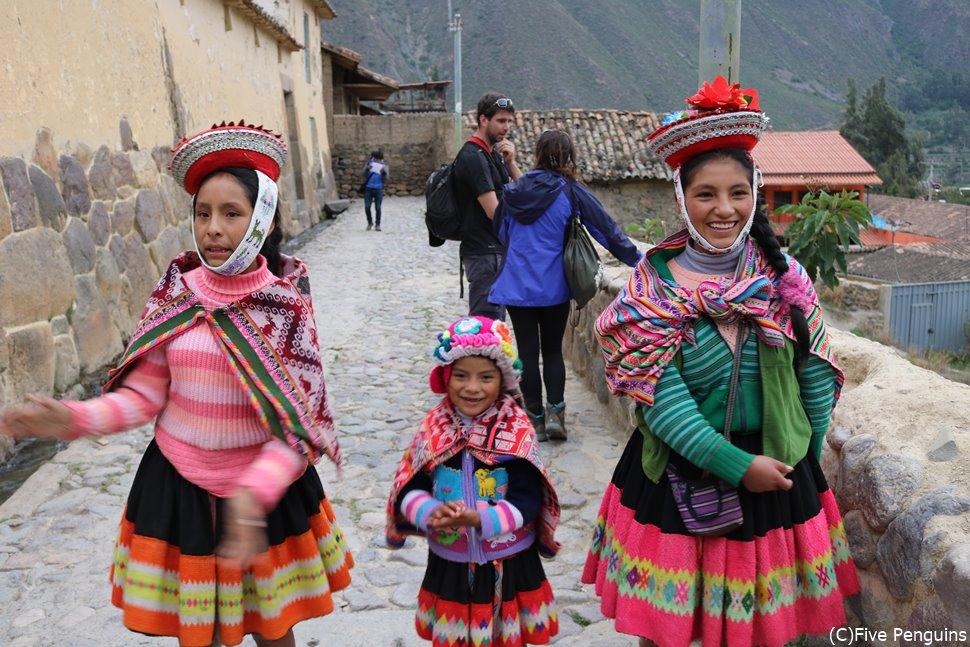 民族衣装を着る子供たち<オリャンタイタンボ>