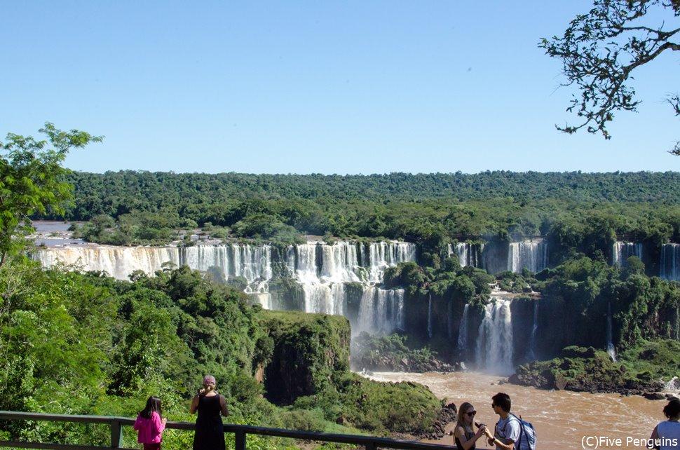 ブラジル側から見たイグアス滝。徐々に滝へ近づいていく実感が楽しい。