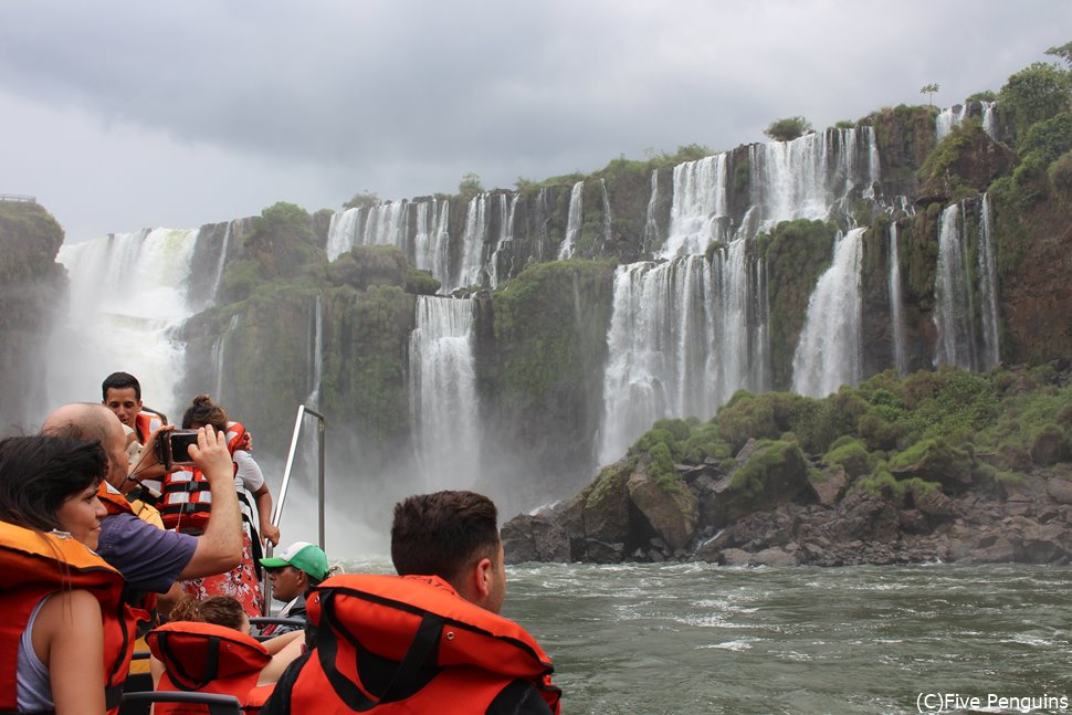 イグアス滝を展望台よりも近くで見られるボートツアー。人気です。
