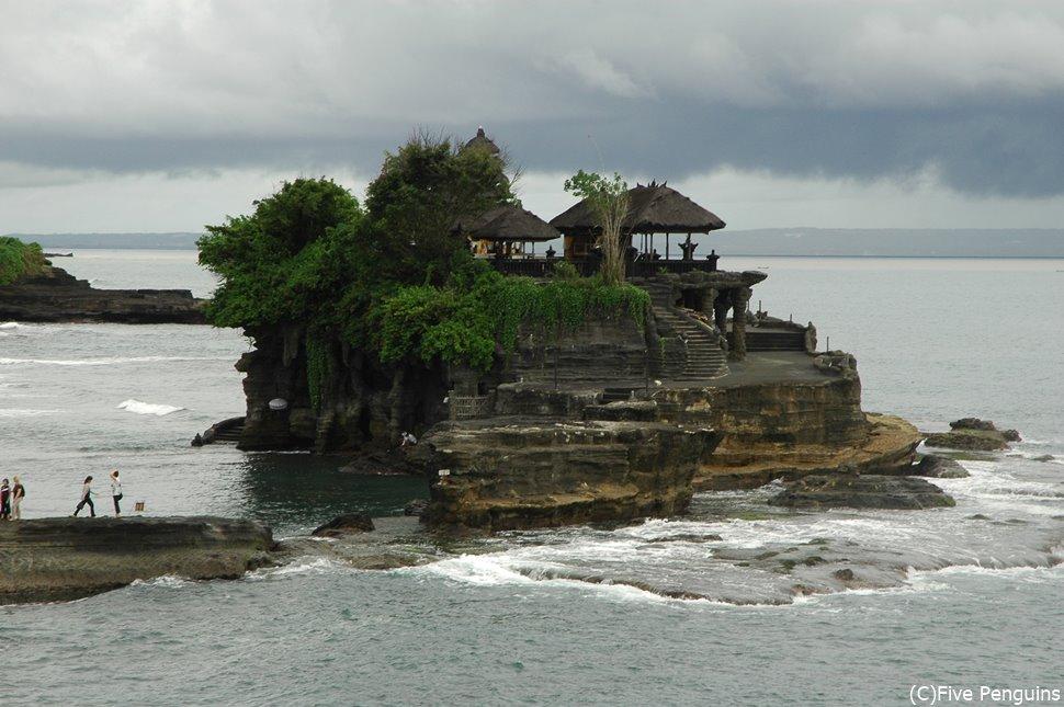 バリ島随一の夕日スポット、神秘なるタナロット寺院
