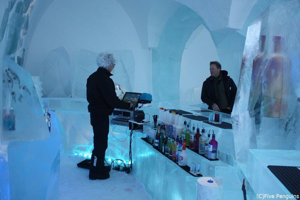 アイスホテルのアイスバー(ユッカスヤルビ) 北極圏ならではのホテルです