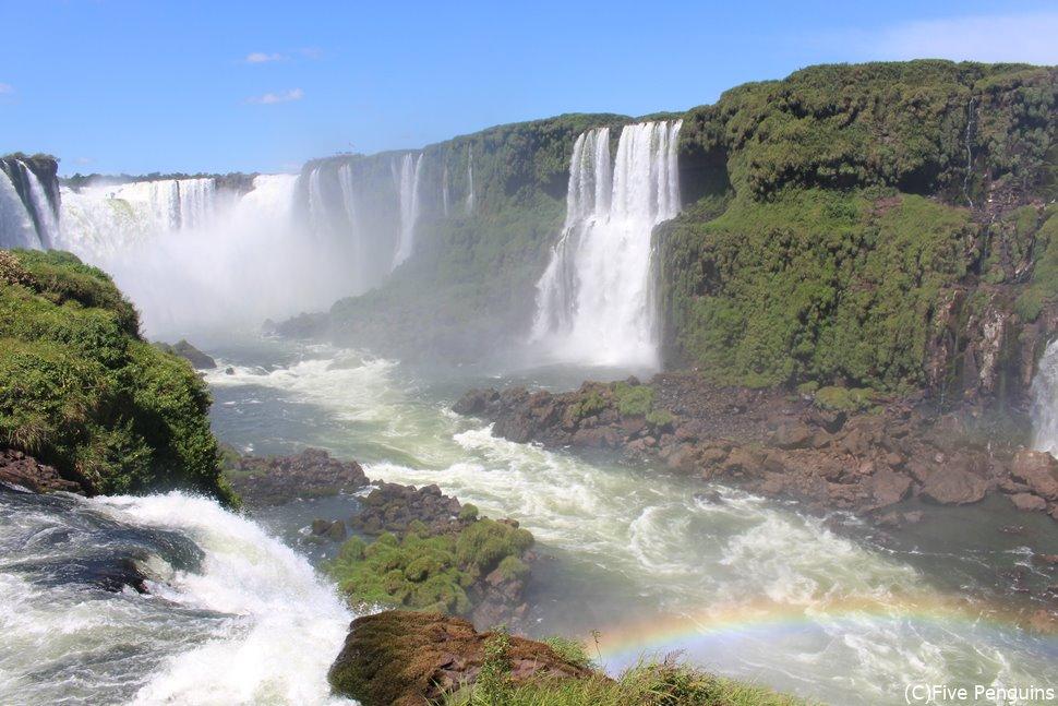 イグアス滝に虹がかかる<イグアス滝/ブラジル側>