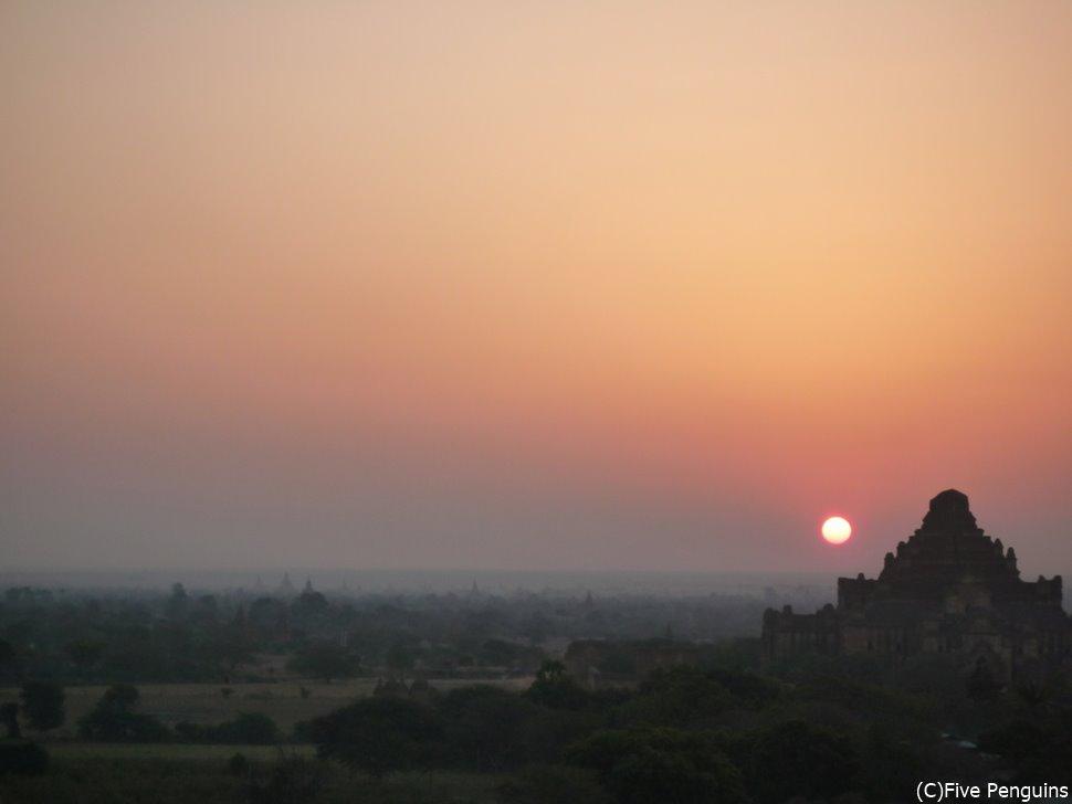 パガン遺跡は夕陽もいいけど夜明けもいい。