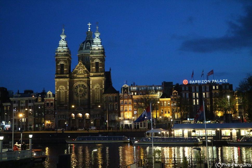 水面にうつると2倍美しい、聖ニコラス教会<アムステルダム>