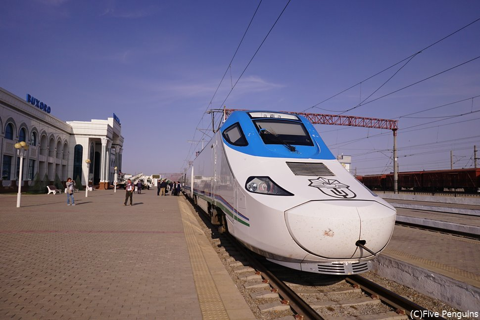 国内の移動は快適な列車アフラシャプ号で(ブハラ駅)