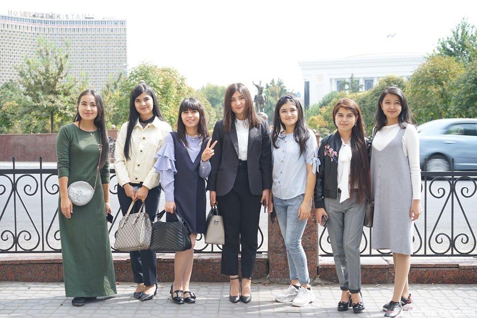 タシケントのティムール広場にいた地元の女性たち