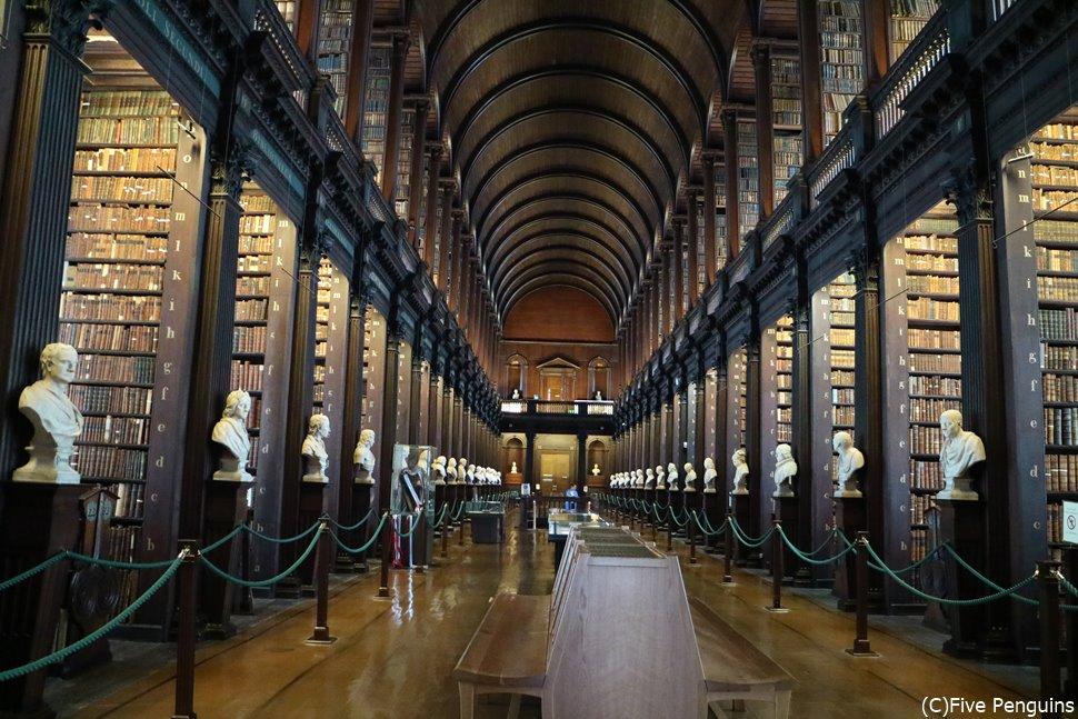 天井近くまで本棚が届きそうなトリニティカレッジ図書館