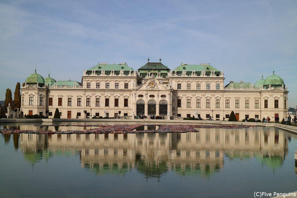 水面に映る姿も素晴らしい、ベルヴェデーレ宮殿