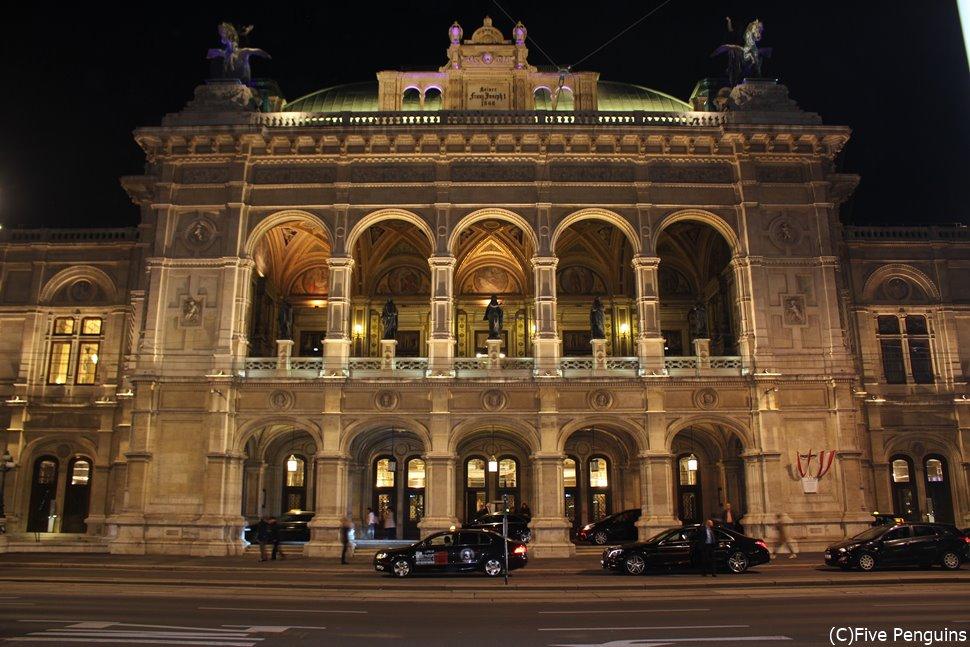 ライトアップ姿も美しいウィーン国立オペラ座